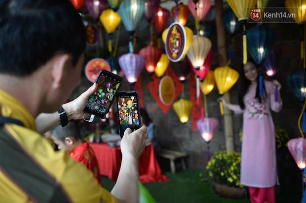 Du khách nườm nượp đổ về các khu vui chơi ở Hà Nội để xin chữ và chụp ảnh dịp Têt Kỷ Hợi 2019 - Ảnh 9.