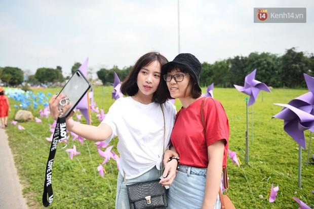 Du khách nườm nượp đổ về các khu vui chơi ở Hà Nội để xin chữ và chụp ảnh dịp Têt Kỷ Hợi 2019 - Ảnh 12.