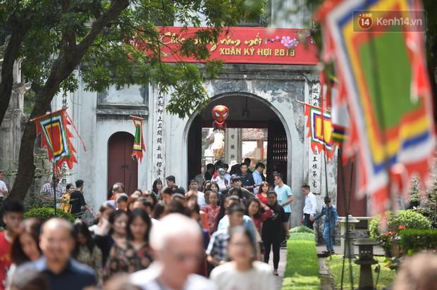 Du khách nườm nượp đổ về các khu vui chơi ở Hà Nội để xin chữ và chụp ảnh dịp Têt Kỷ Hợi 2019 - Ảnh 1.