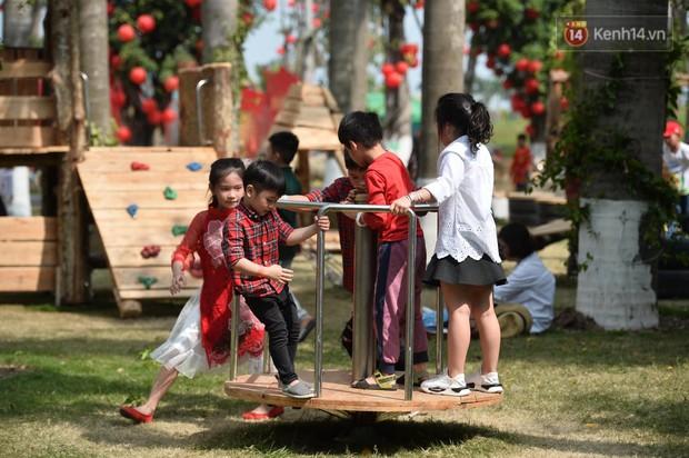 Du khách nườm nượp đổ về các khu vui chơi ở Hà Nội để xin chữ và chụp ảnh dịp Têt Kỷ Hợi 2019 - Ảnh 18.
