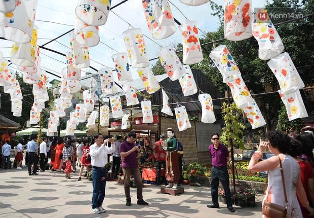 Du khách nườm nượp đổ về các khu vui chơi ở Hà Nội để xin chữ và chụp ảnh dịp Têt Kỷ Hợi 2019 - Ảnh 4.
