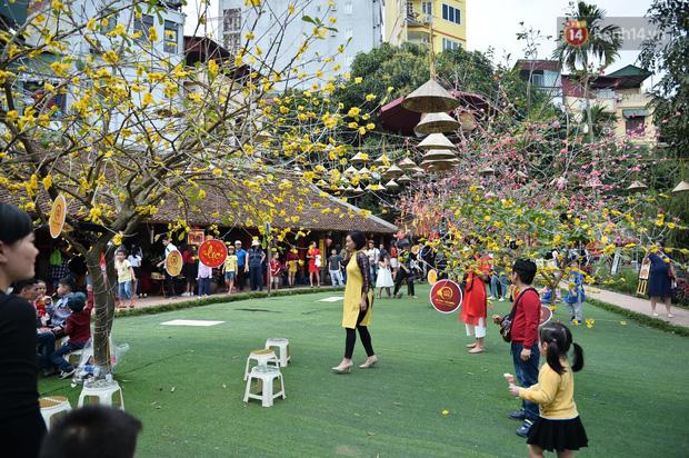 Du khách nườm nượp đổ về các khu vui chơi ở Hà Nội để xin chữ và chụp ảnh dịp Têt Kỷ Hợi 2019 - Ảnh 7.
