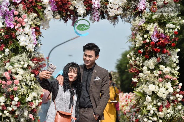 Du khách nườm nượp đổ về các khu vui chơi ở Hà Nội để xin chữ và chụp ảnh dịp Têt Kỷ Hợi 2019 - Ảnh 16.