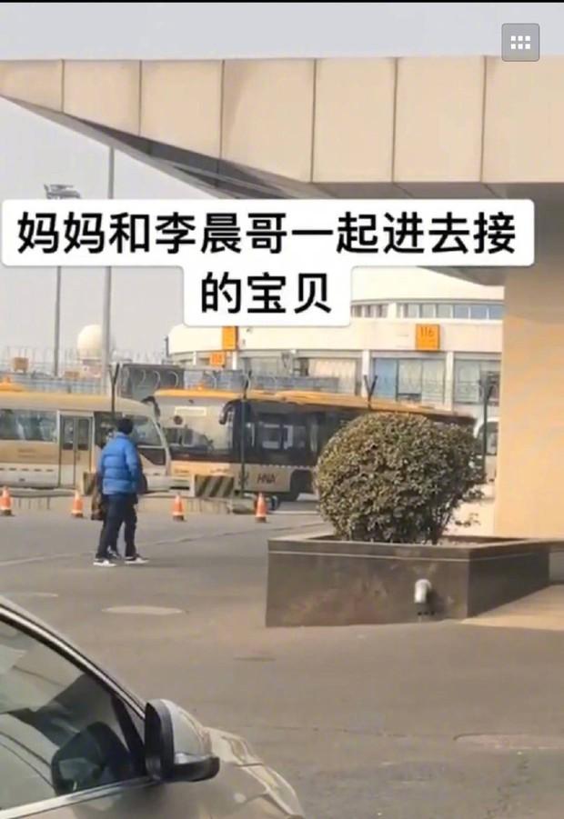 Đập tan tin đồn chia tay, Lý Thần cùng mẹ vợ tương lai ra tận sân bay đón em trai Phạm Băng Băng về ăn Tết - Ảnh 5.