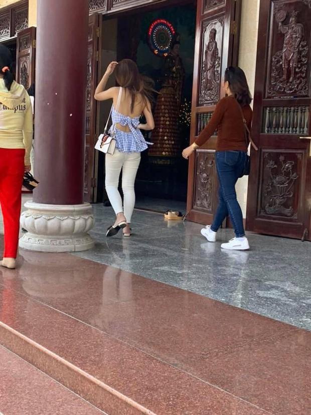Hình ảnh các cô gái trẻ mặc trang phục hở hang thiếu vải, váy ngắn cũn cỡn đi lễ chùa dịp đầu năm khiến nhiều người nhức mắt - Ảnh 4.