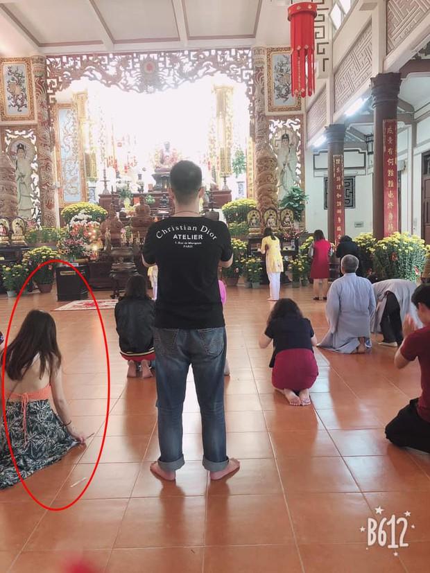 Hình ảnh các cô gái trẻ mặc trang phục hở hang thiếu vải, váy ngắn cũn cỡn đi lễ chùa dịp đầu năm khiến nhiều người nhức mắt - Ảnh 2.