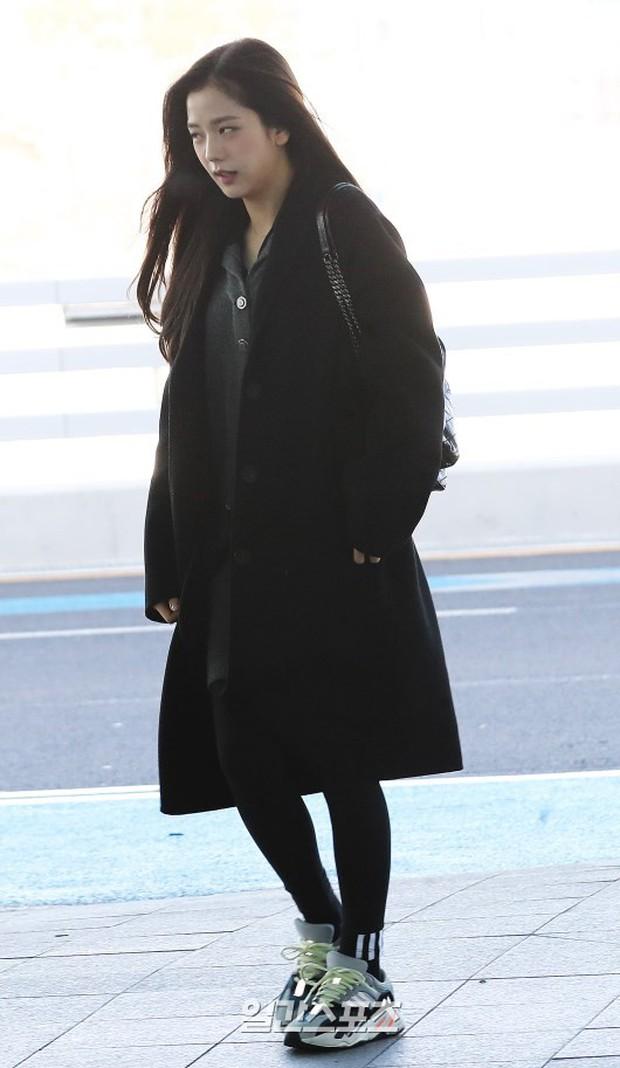 Dàn sao hạng A đổ bộ sân bay mùng 3: Black Pink, Sulli lộ mặt tròn vo dù body siêu nuột, Park Seo Joon cực bảnh - Ảnh 10.
