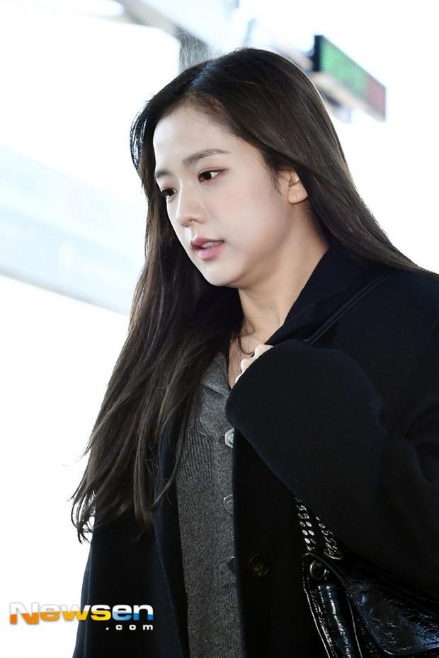 Dàn sao hạng A đổ bộ sân bay mùng 3: Black Pink, Sulli lộ mặt tròn vo dù body siêu nuột, Park Seo Joon cực bảnh - Ảnh 11.