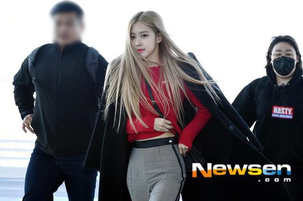 Dàn sao hạng A đổ bộ sân bay mùng 3: Black Pink, Sulli lộ mặt tròn vo dù body siêu nuột, Park Seo Joon cực bảnh - Ảnh 2.