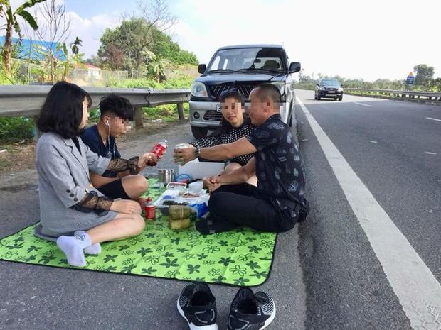 Người livestream cảnh gia đình ăn nhậu trên cao tốc Nội Bài - Lào Cai trưa mùng 2 Tết xin lỗi - Ảnh 2.