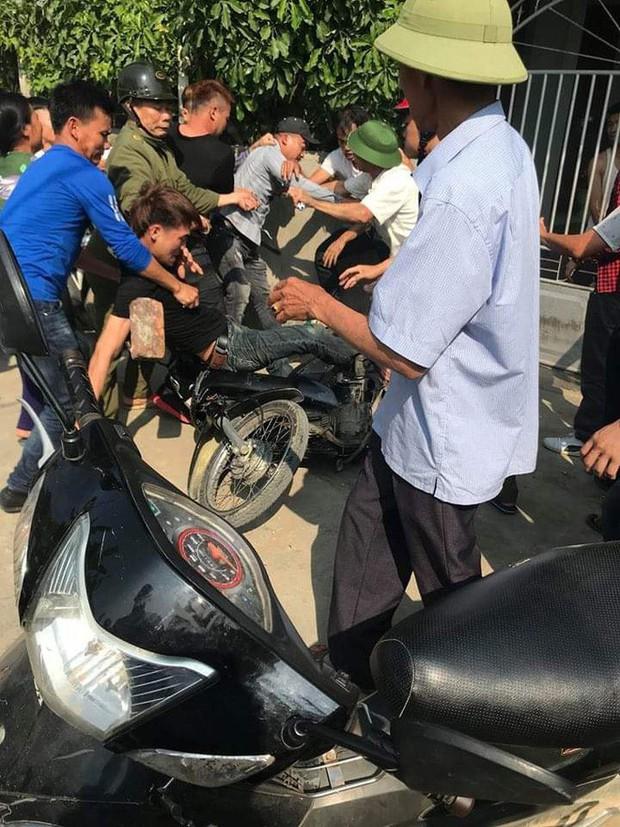 Nhờ đứa trẻ dẫn đường, 2 thanh niên bị dân làng vây đánh vì nghĩ bắt cóc trẻ em - Ảnh 2.