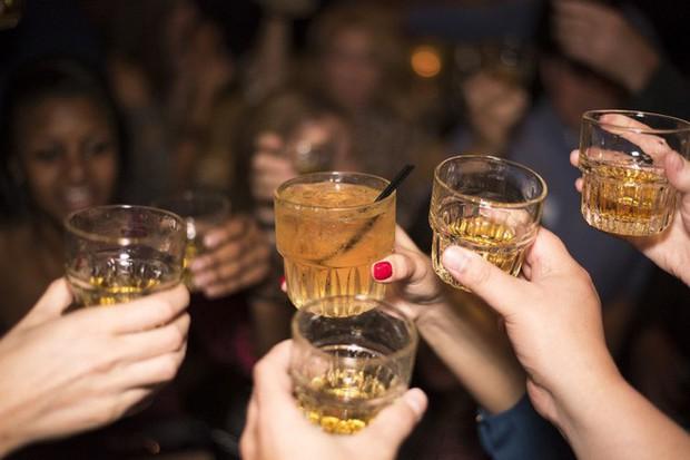 Nghiên cứu: Những người uống nhiều rượu có thể bị biến đổi gen - Ảnh 1.