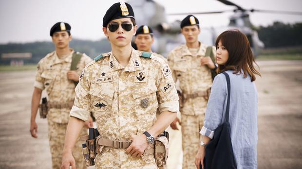 """Touch Your Heart tập 1: Yoo In Na """"đánh bật"""" Song Hye Kyo, trở thành nữ chính Hậu Duệ Mặt Trời - Ảnh 1."""