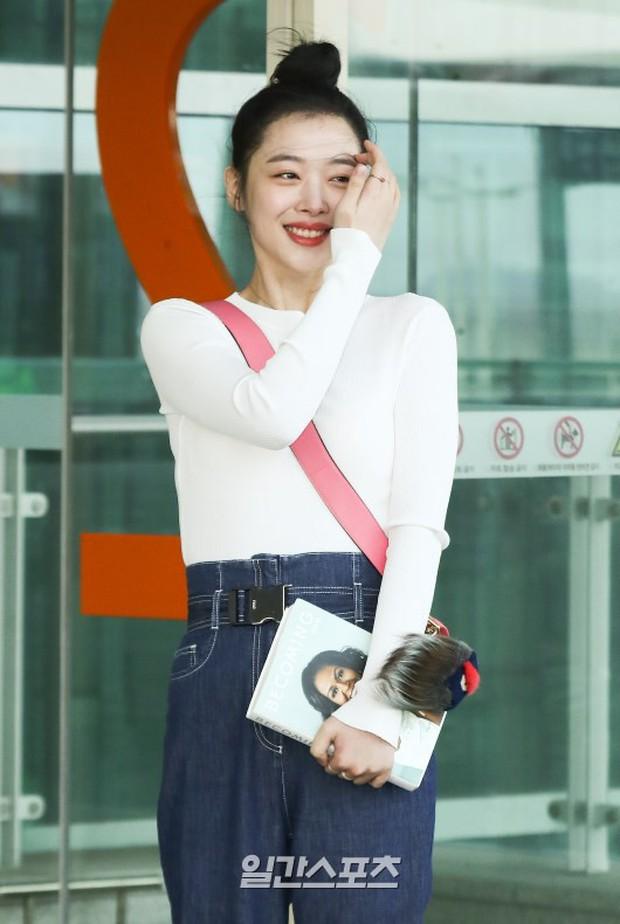 Dàn sao hạng A đổ bộ sân bay mùng 3: Black Pink, Sulli lộ mặt tròn vo dù body siêu nuột, Park Seo Joon cực bảnh - Ảnh 14.