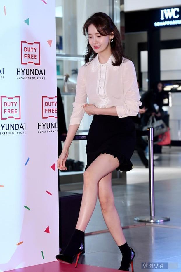 Lâu lắm mới lộ diện, nữ thần Yoona khoe đôi chân dài miên man nhưng lại bị soi loạt khuyết điểm kém xinh tại sự kiện - Ảnh 4.