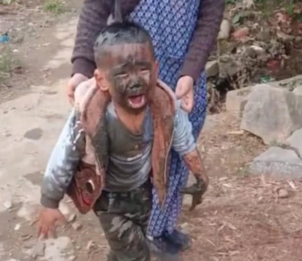 Trốn mẹ đi chơi sau giờ học, cậu học sinh tiểu học ngã xuống ao, toàn thân được tắm bùn miễn phí - Ảnh 2.