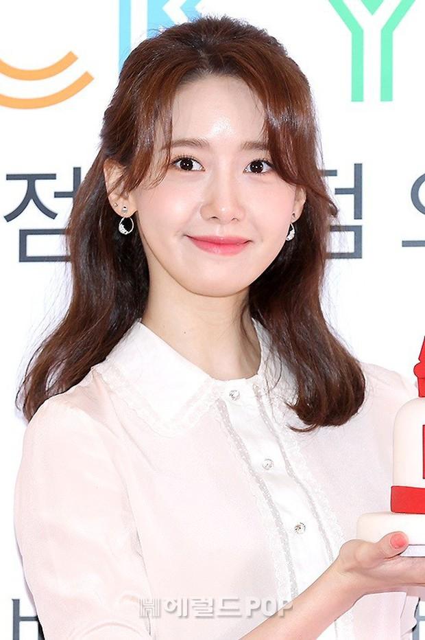 Lâu lắm mới lộ diện, nữ thần Yoona khoe đôi chân dài miên man nhưng lại bị soi loạt khuyết điểm kém xinh tại sự kiện - Ảnh 8.