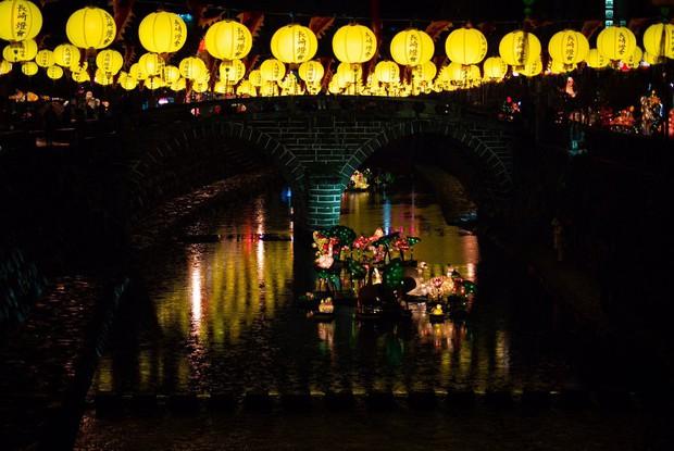 Lễ hội đèn lồng Nhật Bản lung linh như Vùng đất linh hồn đời thực khiến fan anime mê mẩn - Ảnh 4.