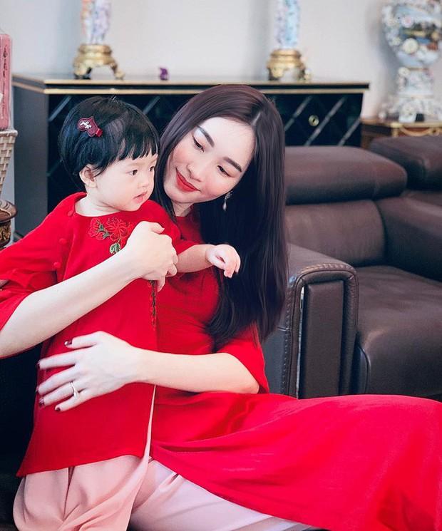 Nào có thua người lớn, nhóc tỳ nhà sao Việt cũng xúng xính diện áo dài, nổi nhất là mẹ con Thu Thảo và Hà Anh - Ảnh 2.