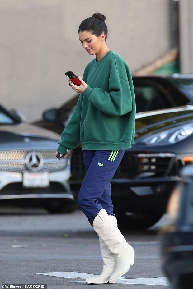 Chị em Kendall - Kylie Jenner trang điểm lung linh đi chụp ảnh sau tin đồn tị nạnh nhau về độ giàu có - Ảnh 4.