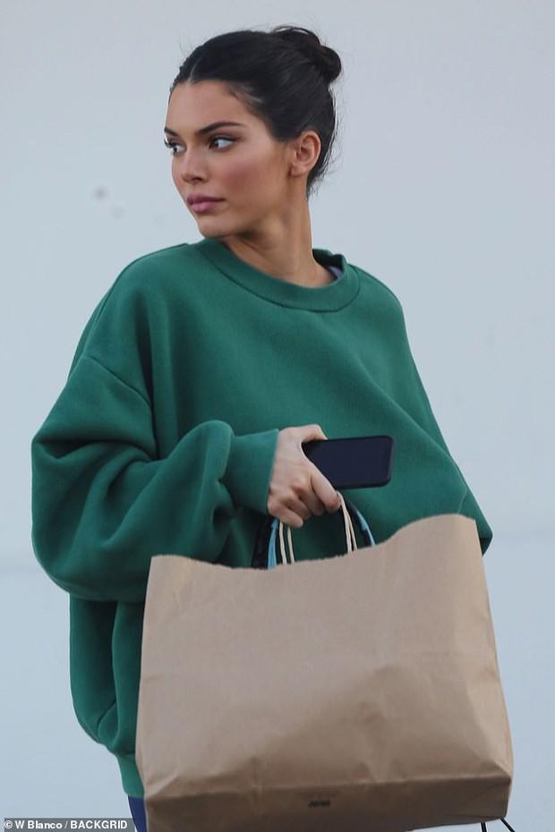 Chị em Kendall - Kylie Jenner trang điểm lung linh đi chụp ảnh sau tin đồn tị nạnh nhau về độ giàu có - Ảnh 5.