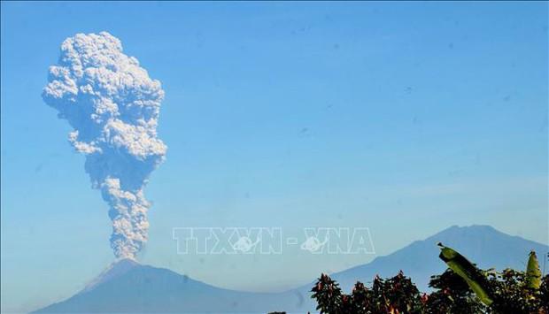 Philippines rung chuyển vì động đất, núi lửa Merapi ở Indonesia lại phun trào  - Ảnh 1.