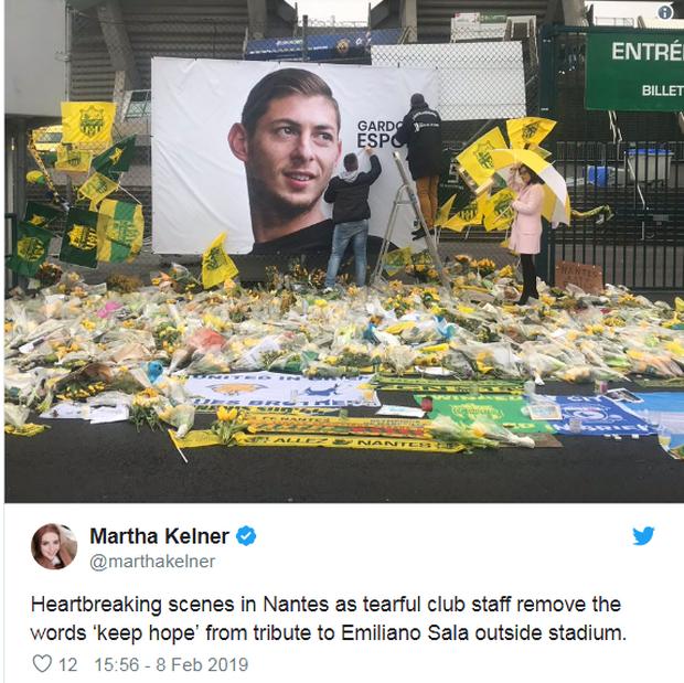 Xúc động khoảnh khắc các nhân viên vừa khóc vừa gỡ hình ảnh cầu thủ xấu số thiệt mạng trong vụ máy bay rơi khỏi sân bóng - Ảnh 1.