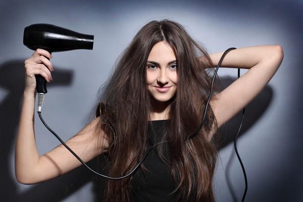 Những sai lầm chẳng ngờ đến khiến mái tóc của bạn luôn xơ xác, thiếu sức sống - Ảnh 1.