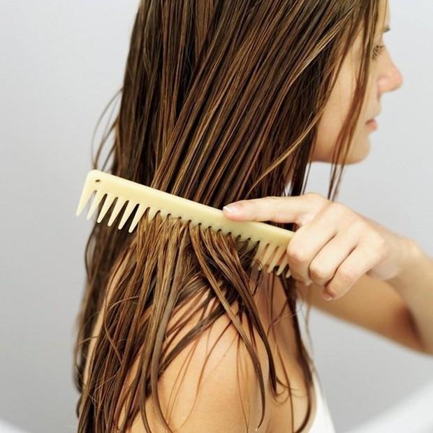Những sai lầm chẳng ngờ đến khiến mái tóc của bạn luôn xơ xác, thiếu sức sống - Ảnh 2.