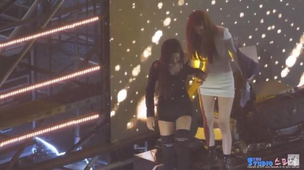 Những khoảnh khắc idol chăm nhau mùi mẫn đến sâu răng: Jennie và thành viên EXO này đặc biệt gây bất ngờ - Ảnh 23.