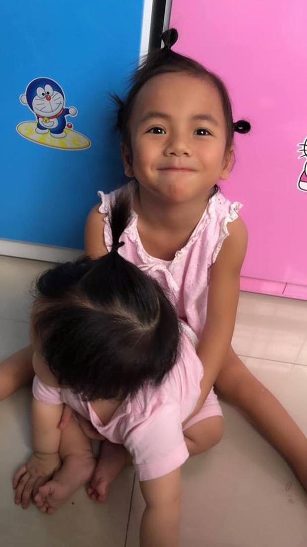 Bé gái Mường Lát liệt 2 chân đón Tết đầm ấm ở Sài Gòn: Cười rạng rỡ khoe lì xì, biết giúp mẹ nuôi trông em gái nhỏ - Ảnh 3.