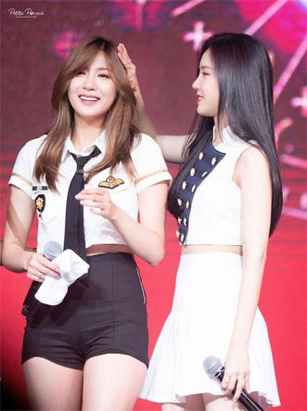 Những khoảnh khắc idol chăm nhau mùi mẫn đến sâu răng: Jennie và thành viên EXO này đặc biệt gây bất ngờ - Ảnh 16.
