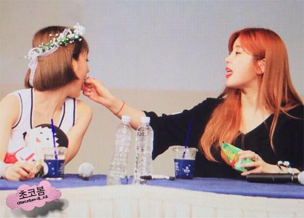 Những khoảnh khắc idol chăm nhau mùi mẫn đến sâu răng: Jennie và thành viên EXO này đặc biệt gây bất ngờ - Ảnh 13.