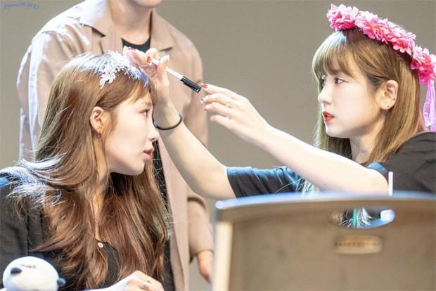 Những khoảnh khắc idol chăm nhau mùi mẫn đến sâu răng: Jennie và thành viên EXO này đặc biệt gây bất ngờ - Ảnh 12.