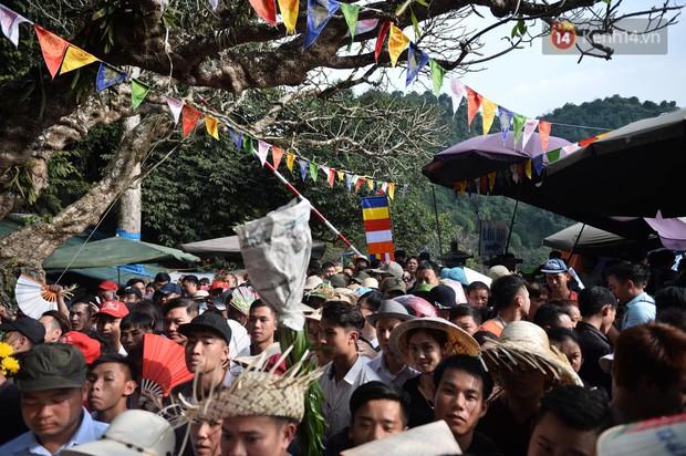 Ảnh: Mệt mỏi vì chen lấn giữa hàng vạn người dù chưa khai hội chùa Hương, nhiều em nhỏ ngủ gục trên vai mẹ - Ảnh 11.