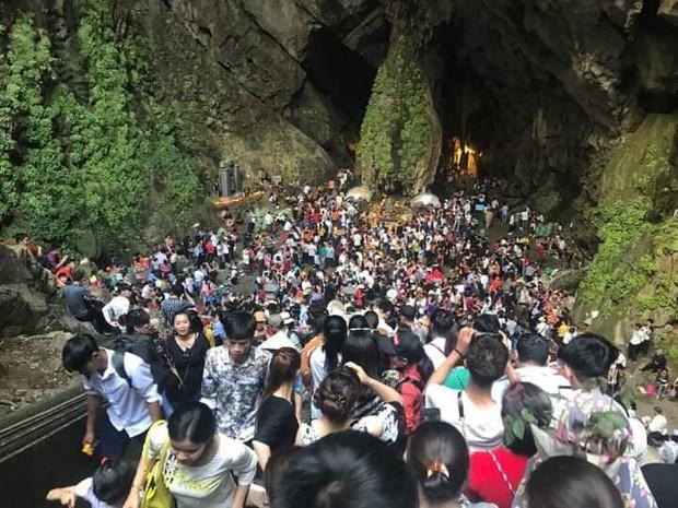 Ảnh: Mệt mỏi vì chen lấn giữa hàng vạn người dù chưa khai hội chùa Hương, nhiều em nhỏ ngủ gục trên vai mẹ - Ảnh 15.