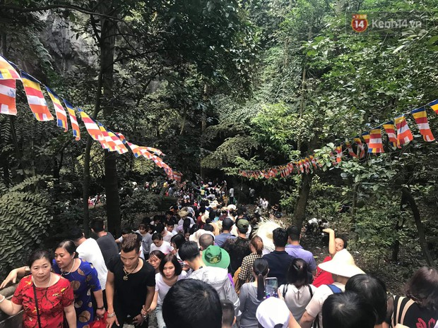 Ảnh: Mệt mỏi vì chen lấn giữa hàng vạn người dù chưa khai hội chùa Hương, nhiều em nhỏ ngủ gục trên vai mẹ - Ảnh 14.