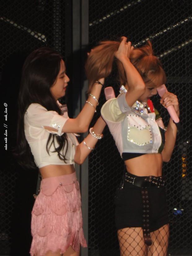 Những khoảnh khắc idol chăm nhau mùi mẫn đến sâu răng: Jennie và thành viên EXO này đặc biệt gây bất ngờ - Ảnh 22.