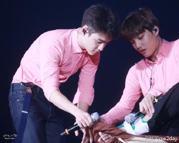 Những khoảnh khắc idol chăm nhau mùi mẫn đến sâu răng: Jennie và thành viên EXO này đặc biệt gây bất ngờ - Ảnh 9.