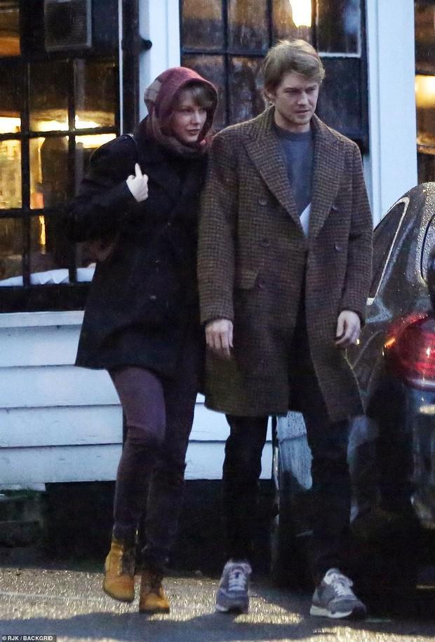 Taylor Swift bị chê trông như bà ngoại vì hành động này khi hẹn hò bên phi công trẻ - Ảnh 1.
