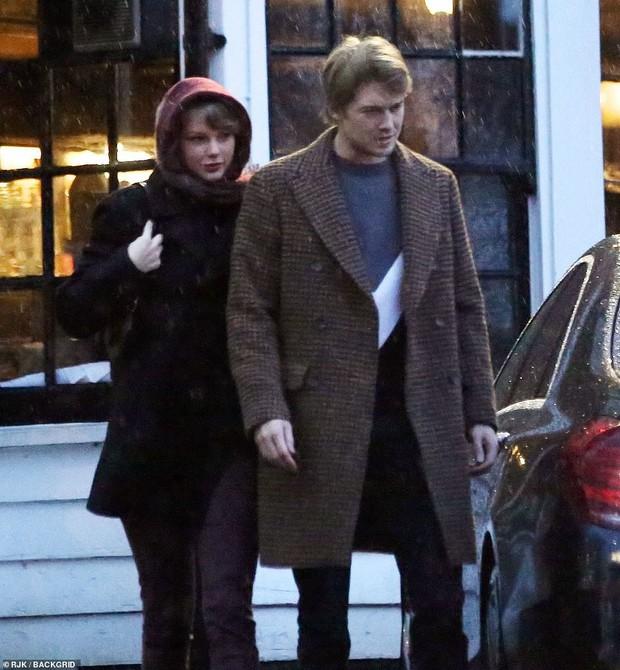 Taylor Swift bị chê trông như bà ngoại vì hành động này khi hẹn hò bên phi công trẻ - Ảnh 3.