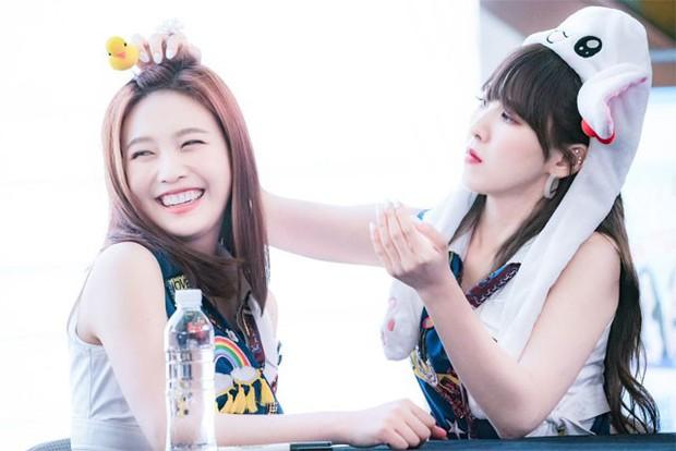 Những khoảnh khắc idol chăm nhau mùi mẫn đến sâu răng: Jennie và thành viên EXO này đặc biệt gây bất ngờ - Ảnh 18.