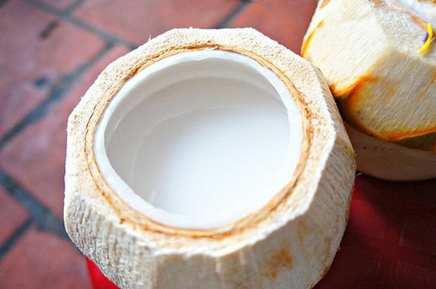 Ai là tín đồ của dừa chắc chắn sẽ không thể bỏ qua 4 món đặt trong quả dừa siêu ngon mắt ở Hà Nội - Ảnh 3.