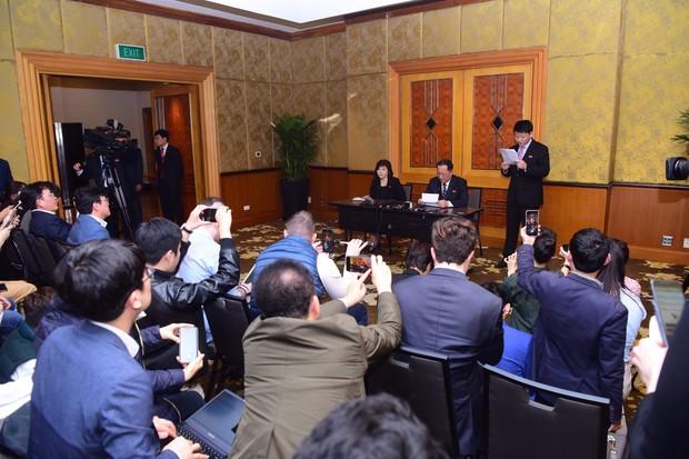Triều Tiên tổ chức cuộc họp báo bất ngờ vào lúc nửa đêm sau hội nghị thượng đỉnh Mỹ-Triều lần hai - Ảnh 2.