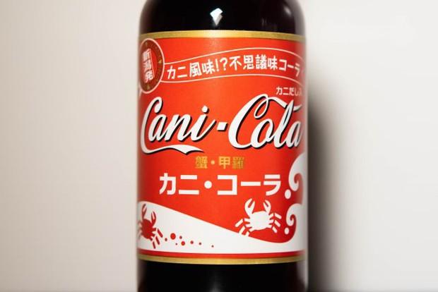 Người Nhật review Coca vị cua: Không bị tanh, giống Coca-Cola thường pha chút hải sản - Ảnh 1.