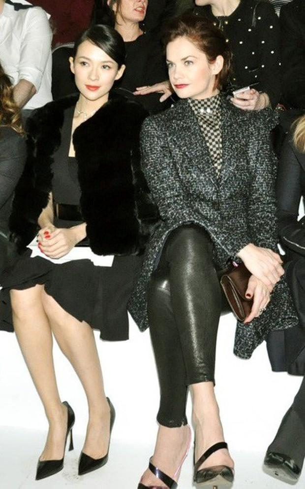 Mỹ nhân Cbiz – Hollywood trong 1 khung hình khi dự show thời trang: Phong cách khác biệt nhưng thần thái ai nhỉnh hơn? - Ảnh 15.