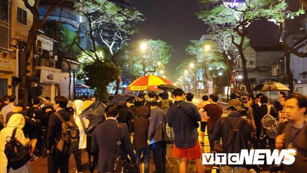 Ảnh: Đoàn Triều Tiên họp báo giữa đêm, hàng trăm phóng viên đội mưa chờ ngoài cổng khách sạn - Ảnh 1.