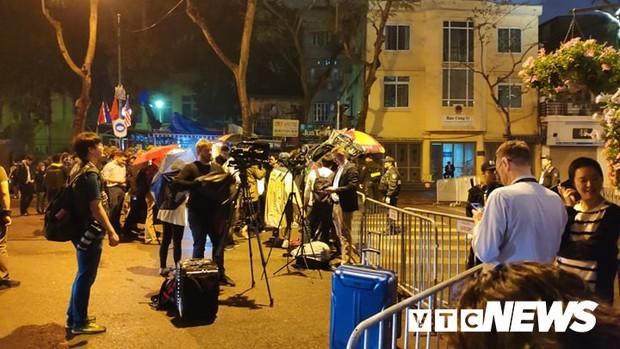 Ảnh: Đoàn Triều Tiên họp báo giữa đêm, hàng trăm phóng viên đội mưa chờ ngoài cổng khách sạn - Ảnh 2.