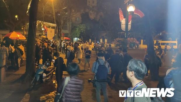 Ảnh: Đoàn Triều Tiên họp báo giữa đêm, hàng trăm phóng viên đội mưa chờ ngoài cổng khách sạn - Ảnh 3.
