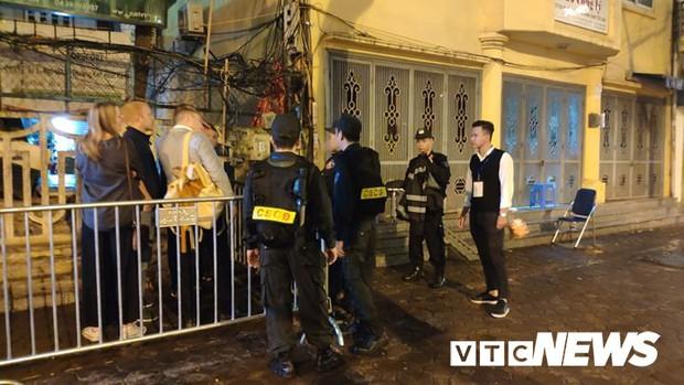 Ảnh: Đoàn Triều Tiên họp báo giữa đêm, hàng trăm phóng viên đội mưa chờ ngoài cổng khách sạn - Ảnh 4.